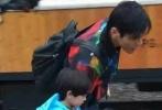 黄致列实习结束,《爸爸去哪儿4》又添新爸爸,由向佐带李亦航前往云南建水。曝光的剧照中,实习新爸向佐对李亦航宠爱有加,不仅让他坐在自己脖子上陪伴玩耍,还向李亦航传授中国功夫。
