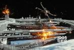 """近日,《侠盗一号:星球大战外传》又曝光了一组最新官方剧照。与以往炒冷饭的剧照不同,这一次的剧照曝光了大量全新的事物。其中包括了全新的人物、全新的星球和全新的战舰。这些首次曝光的事物令人倍感新鲜。而这也从另一个侧面说明了《侠盗一号》是一部框架很宏大的影片,与之前所设想的仅仅只是一部""""外传电影""""并不相同。"""