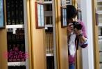 """即将于11月25日上映的青春爱情喜剧《最萌身高差》今日曝光跨次元主题海报,海报以黄色手绘图案为背景,身高相差40cm的两位主角高以翔和王水林上演""""爱的抱抱""""。高以翔高大帅气,王水林萌态十足,最萌""""身高差""""的效果与背景图案相得益彰,与齐乐娱乐的2.5次元世界紧密契合,充满了奇妙的化学反应。"""