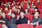 11月21日晚,日本动画长片《你的名字。》在京首映,导演新海诚首次来华与中国观众进行映后交流,徐峥、陶虹夫妇,苏有朋、张译、杨树鹏、赵天宇等电影人也走上首映红毯,为影片站台捧场