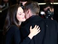 《间谍同盟》首映 皮特和玛丽昂贴脸击掌亲密拥抱