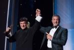 11月22日,奥斯卡终身成就奖获得者成龙手捧小金人现身《今日影评》节目录制现场,这是成龙和奥斯卡小金人首度一同亮相国内电视荧幕。尽管回国之后,成龙一直马不停蹄,但当天,成龙依然精神满满,保持着亲和的笑容。