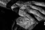 《金刚狼3》曝新黑白宣传照 金刚狼双手显苍老