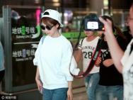 杨紫现身机场白衣牛仔时髦有范 调皮和狗仔对拍