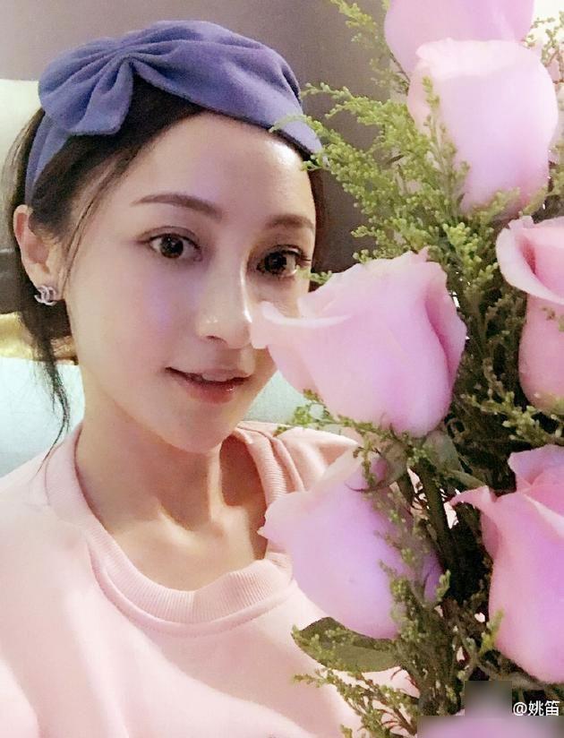 姚笛感恩节收粉色玫瑰 晒素颜照感谢粉丝