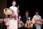 当地时间11月25日,第40届山路文子电影节颁奖仪式在东京举办,获得最佳影片的《愤怒》导演李相日以及宫崎葵、松冈茉优、《你的名字。》导演新海诚等悉数出席领奖。
