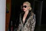 Lady GaGa将登维密大秀 抵达巴黎开胸西装秀豪乳