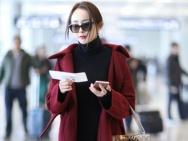 """杨幂全红装霸气现身机场 手机玩不停变""""低头族"""""""