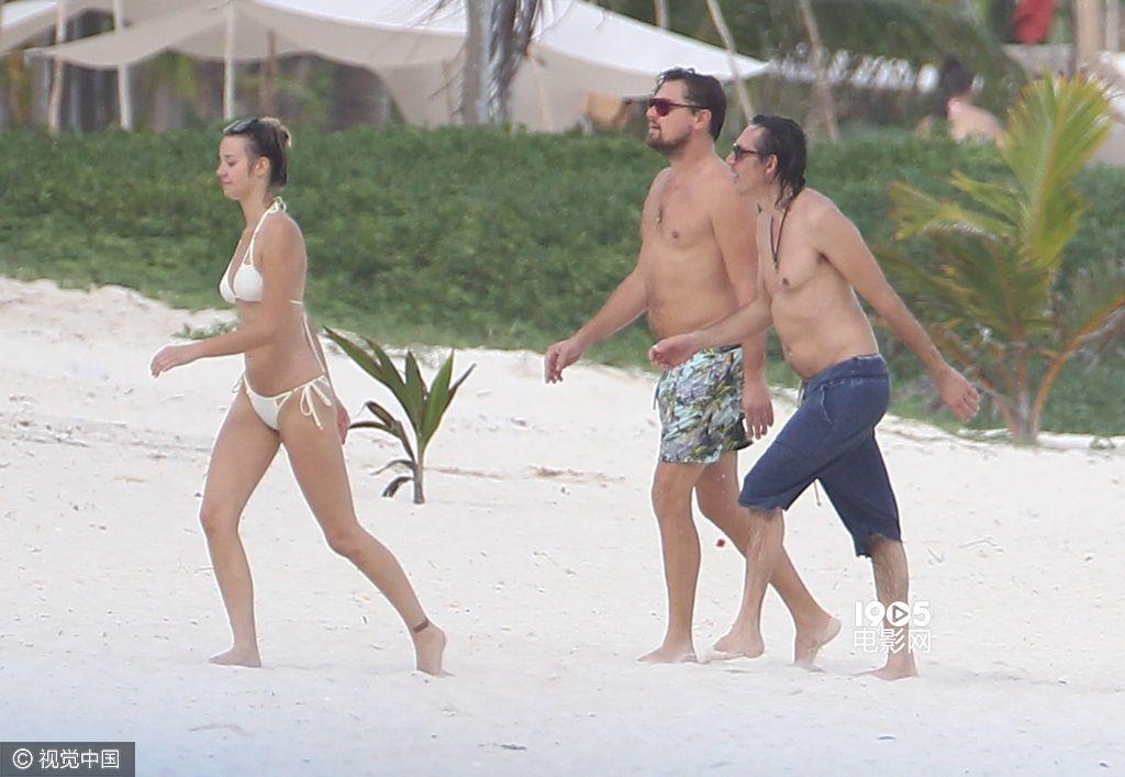 哈斯(lukas haas)海边度假,有身着白色比基尼的美女相陪,小李子肚大