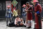 """为落实国家新闻出版广电总局对于广播影视""""走出去""""的要求,向世界讲好中国故事,传播优秀中国文化内涵,电影频道与HBO亚洲于2016年联合投资拍摄了系列武侠电视电影《醉侠苏乞儿》和《擎天无影脚黄麒英》。"""