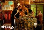 由王家卫监制、张嘉佳执导的贺岁爱情喜剧《摆渡人》将于2016年12月23日全国上映。影片岁月版主题曲《十年》MV正式发布,该歌曲翻唱自陈奕迅2003年的经典歌曲,此次由梁朝伟、李宇春两大巨星献唱,温柔磁性的嗓音、舒缓动人的旋律,配合电影中三对主演浪漫唯美的画面,将这场人世间的悲欢离合诠释得感人肺腑。