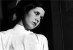数日之前,好莱坞著名演员凯丽·费雪在由伦敦希思罗前往洛杉矶的UA935航班上突发心脏病。虽然在洛杉矶得到了良好的医护治疗,但她终究尚未能逃过一劫。当地时间12月27日,她在洛杉矶的医院逝世,终年60岁。凯丽·费雪的去世,给全新的《星球大战》系列蒙上了一层阴影。