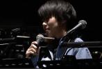 近日,龚琳娜的先生、著名音乐人老罗针对王菲上海演唱会走音等情况,撰写了一篇《明星会过气,艺术会永存》的音乐专业批评文章。
