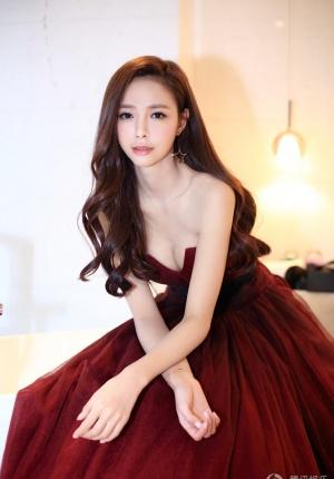 沈梦辰曝贺岁写真 着红色长裙露事业线小秀性感