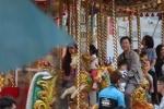 温馨!吴佩慈和男友带子女现嘉年华骑旋转木马