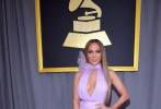 """当地时间2月12日,第59届格莱美颁奖礼盛大举办,阿黛尔、詹妮弗·洛佩兹、""""水果姐""""凯蒂·佩瑞等明星纷纷亮相。一向以时尚风格前卫新潮、造型奇异的Lady GaGa霸气亮相豪放秀雪乳,火辣身材与夸张妆容秒杀无数菲林。此外,作为前辈的席琳·迪翁身穿翠绿色高开叉礼服优雅现身,一双美腿依然是吸睛利器。华语歌手张靓颖身着一袭深V礼服性感现身红毯,走奢华路线,引来粉丝们关注。"""