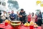 由华策影视出品,张一山、蔡文静主演的悬疑爱情剧《柒个我》,昨日在上海举行开机仪式。该剧由张娜担任总制片,邓科执导。剧中张一山、范梦、张晓谦、张双利等主演出席该活动。