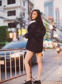 倪妮新写真曝光 演绎牛仔衬衫经典穿搭大秀长腿