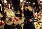3月21日,由阿里影业出品,雷尼·哈林执导的奇幻机甲动作电影《古剑奇谭之流月昭明》首次对外发布了一组剧照。照片中,王力宏、宋茜、高以翔、吴千语四人齐着戎装威武亮相,并置身于以穹天矩木为根基的流月城场景之中,尽显飘逸仙人气韵,英气磅礴。