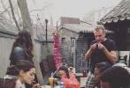 """由约翰·波耶加、景甜、斯科特·伊斯特伍德等主演,斯蒂文·S·迪奈特执导的《环太平洋2》正在中国青岛等地热拍中。近日,主演波耶加连续在社交网络上发布了多张片场照和生活照,看起来相当享受在中国的拍摄经历。在其中一张中,他正与剧组一起吃着羊肉串配啤酒,并留言""""美好的食物""""(good food),看来这位英国演员有一颗中国胃。其他几张中,无论是与古建筑合影还是单膝跪地陪小朋友玩耍,亦或是随手街拍,波耶加都显得十分接地气,毫无违和之感。"""