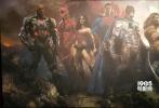 """在《正义联盟》的片方发布了海量物料后,该片又曝光了最新海报。与此前""""超人""""会神秘缺席的情形不同,此次""""大超""""亨利·卡维尔身披斗篷现身,让许多粉丝惊喜不已。他神情凝肃直视前方,而""""蝙蝠侠""""、""""神奇女侠""""、""""闪电侠""""、""""海王""""、""""钢骨""""等同样蓄势待发、严阵以待。"""