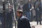 """《碟中谍6》自开机以来一直备受关注,""""阿汤哥""""汤姆·克鲁斯亲自上阵拍危险动作戏,在空中吊威亚的场面令人敬佩。近日,该片曝光最新片场照,导演克里斯托弗·麦奎里、汤姆·克鲁斯、""""超人""""亨利·卡维尔三人同框,在夜幕中三人穿着冲锋衣背包的样子显得非常运动,背景流光溢彩的埃菲尔铁塔格外醒目。"""