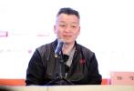 """北京国际电影节""""天坛奖""""入围华语片《不成问题的问题》4月20日举行新闻发布会,制片人郭永浩、演员张超等主创出席。《不成问题的问题》是由梅峰编剧和执导的一部抗日题材影片,改编自老舍先生于1943年发表的短篇小说。范伟在片中担纲主演,他也凭借该片在2016年的第53届金马奖当中斩获影帝。"""