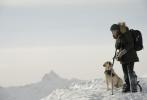 今日,二十世纪福斯曝光了备受期待的灾难片《远山恋人》(The Mountain Between Us)首款预告片及一组剧照。影片由汉尼·阿布-阿萨德(Hany Abu-Assad)执导,改编自Charles Martin的同名畅销小说,由金球奖得主伊德瑞斯·艾尔巴(Idris Elba)和奥斯卡影后、《泰坦尼克》女主凯特·温斯莱特(Kate Winslet)饰演男女主角。影片讲述了在一次飞机失事后,两位素不相识的男女必须携手,在冰雪覆盖的无人之地死亡斗争、互相扶持并相恋。
