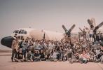 """由林超贤执导的中国首部现代化海军优乐国际《红海行动》,在经历了前后共9个月的筹备及拍摄后,摩洛哥的部分近日终于杀青。影片的总制片人、博纳影业集团总裁于冬发文对林超贤导演率领的百人剧组致敬,""""林超贤率领庞大摄制组历时4个半月的拍摄期,克服了难以想象的困难,出色完成!向林超贤导演、监制梁凤英以及所有演员和工作人员致敬。"""""""
