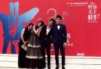 """6月17日举行的上海电影节开幕式,迪士尼《假如王子睡着了》终于揭开面纱:电影发布概念海报""""小爱情""""-- 手绘版的陈柏霖、林允化身mini恋人,夏夜晚风中,相偎小憩在风铃上。随后,两位画中人走出童话书,步入本届上海国际电影节,与另一位主演张云龙及导演王郢共赴开幕式红毯,为观众开启前往""""梦""""的大门。本片预计于年内上映,与中国观众拉钩约定,共享爱的小确幸。"""