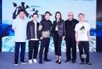 """6月19日,第20届上海国际电影节入围影片《冰之下》在上海举行发布会,导演蔡尚君、编剧顾小白携演员宋佳、小沈阳、刘桦、潘斌龙等集体亮相。单从当天到场的演员阵容来看,几乎个个都是实力派的笑点担当,但据导演蔡尚君介绍,《冰之下》是不折不扣的犯罪剧情片,将包含爱情、犯罪等多重元素,影片中的众主角是""""因爱而至罪""""。"""