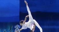 身穿青花瓷服装的舞蹈演员 表演优雅肩上芭蕾