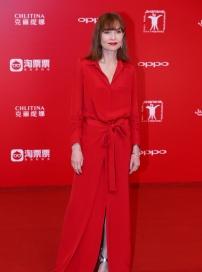 于佩尔红衣亮相闭幕红毯 影帝黄渤巧搭20周年元素