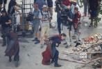 """日前,由罗素兄弟执导的《复仇者联盟3:无限战争》曝光一张新概念图,""""美国队长""""克斯里·埃文斯、""""星爵""""克里斯·普拉特、""""蜘蛛侠""""汤姆·赫兰德、""""钢铁侠""""小罗伯特·唐尼、长大后的树人、浣熊均亮相。其中,美队的造型与之前在漫展上公布的预告里的不太一样,预告里,美队以长发胡须造型出现,在这张图上,美队依然是短发。蜘蛛侠身上的战服也和之前的不一样。树人已经是《银河护卫队2》彩蛋中的青年模样。"""
