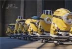 """《神偷奶爸3》即将于7月7日登陆国内各大影院,奶爸格鲁携露西和三个小可爱全家回归,联合贱萌小黄人欢闹这个夏天。片方发布一支中国独家终极预告,这支终极预告是为中国影迷特意定制的,全球唯一一支。预告中,奶爸格鲁重操旧业变""""坏蛋"""",驾驶炫酷战车进行海陆空大轰炸,小黄人们则依旧贱萌抢镜,不仅开飞机越狱逃跑、光屁股纹身,还在沙滩可爱撩妹,三个小萝莉也实力卖萌,神偷伐木累欢乐常在、温馨幸福。"""