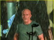 《死侍2》曝片场照 瑞安·雷诺兹不戴面具淋大雨