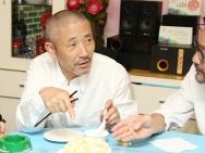 《深夜食堂2》上海行 小林薰与导演品尝红烧肉
