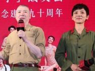 """冯小刚请战友看《芳华》 两代""""草原女民兵""""同框"""