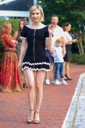 艾玛·罗伯茨出街被拍 心情大好短裙秀修长美腿