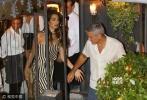 乔治·克鲁尼(George Clooney)和妻子阿迈勒·克鲁尼 (Amal Clooney) 还有岳母Baria离开餐厅被拍