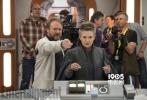 近日,令众多粉丝望眼欲穿的影片《星球大战8:最后的绝地武士》登上了《娱乐周刊》的封面,与之一起公布的是影片的数张剧照和片场照。在剧照上,凯洛·伦、芬恩、波·达梅龙以及蕾伊等主要角色一一登场。而在一张片场照中,我们看到了扮演莱亚工作的凯丽·费雪的身影。