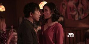 《冰之下》首曝剧照 黄渤头绑纱布宋佳红裙性感