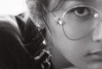 近日,90后当红花旦杨紫一组最新写真大片曝光,颠覆北京小妞的甜美,带来截然不同的文艺新形象。杨紫彳亍在非黑即白的光影间,或站或坐自然而随性,似说还休的眼神透过镜头延伸开来,给整组大片赋予神秘故事感和艺术感。同时杨紫解锁初秋新穿搭,化身时髦眼镜妹,一袭oversize条纹西服,搭配破洞肥大版牛仔裤,复古也有范,尽显极强的时尚可塑性和驾驭力。