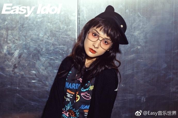 写真中,吴昕额前的碎刘海与微卷的长发将她衬托得少女感十足.图片