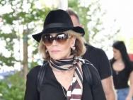 简·方达抵达威尼斯电影节 机场街拍女王帅气比V