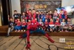 """9月5日,由美国哥伦比亚齐乐娱乐公司和漫威影业联合出品的好莱坞科幻冒险动作巨制《蜘蛛侠:英雄归来》在京举办了一场别开生面的""""新生见面会""""。现场一百多名小粉丝纷纷穿着蜘蛛侠战衣出现,并在蜘蛛侠到来之后和他亲密互动。当蜘蛛侠以一系列帅气动作出现之后,""""小粉丝""""立刻激动迎接,高呼""""蜘蛛侠,我爱你""""。"""