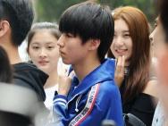 王俊凯休闲装现身开学典礼 排队获女同学星星眼