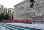 """在重启筹备工作两年后,管虎新片《八佰》终于将要开拍。影片以抗日战争为背景,讲述了1937年淞沪会战中""""八百壮士""""在日军围困下坚守四行仓库阵地的故事。也是出于这个原因,9月7日举行的《八佰》发布会也特别选在了上海四行仓库抗战纪念馆举行。活动开始前,导演管虎还带领着团队和嘉宾一同进馆参观,沉浸式体验了那段历史。"""