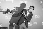 北京时间9月10日凌晨12点,第74届威尼斯电影节闭幕式暨颁奖典礼正式举行。经过了10天的展映与等待,收获了媒体无数赞誉的影片《水形物语》摘得最佳影片金狮奖。这是导演吉尔莫·德尔·托罗职业生涯中的第一个三大电影节主竞赛单元奖项。