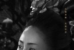"""近日,由陈凯歌导演的电影《妖猫传》首次曝光角色海报,在这组名为""""有故事""""的海报中,白居易、空海等十二个人物以黑白影像形式亮相,翻涌心事呼之欲出,细细织出一张独属于奇幻盛唐的命运之网。与以往呈现五光十色、美轮美奂的盛唐景象不同,此次《妖猫传》敛去大唐斑斓色彩,仅以黑白两色示人,再配合各自充满命运感的独白,简单却力道十足,令观众更好奇猜测他们身上发生的故事。"""